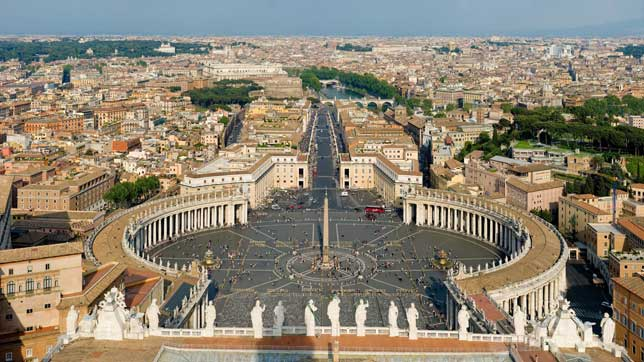 St. Peter Square longshot with obelisk in the middle